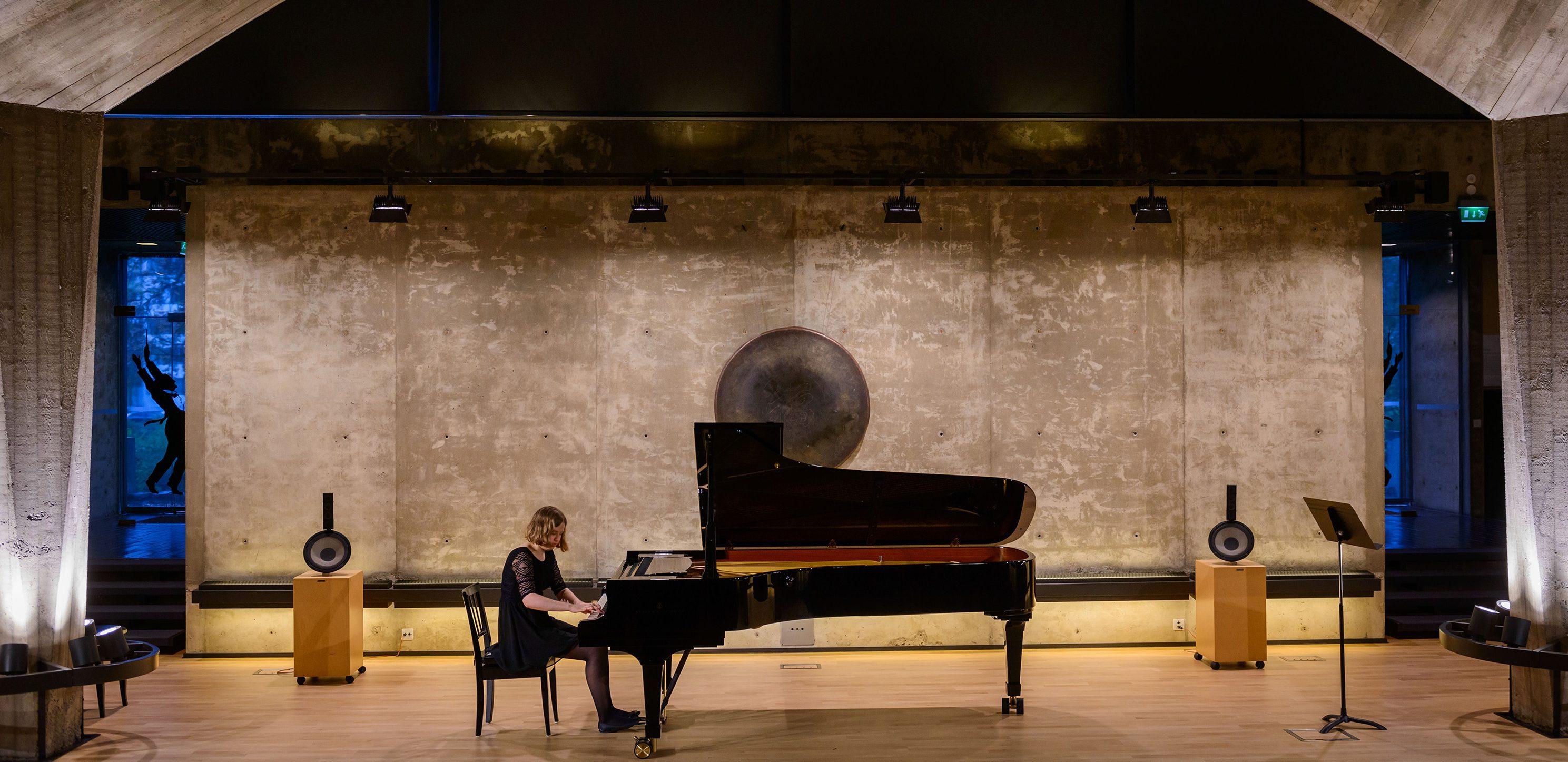 Valokuvassa tyttö soittaa konserttiflyygeliä Sibelius-museossa