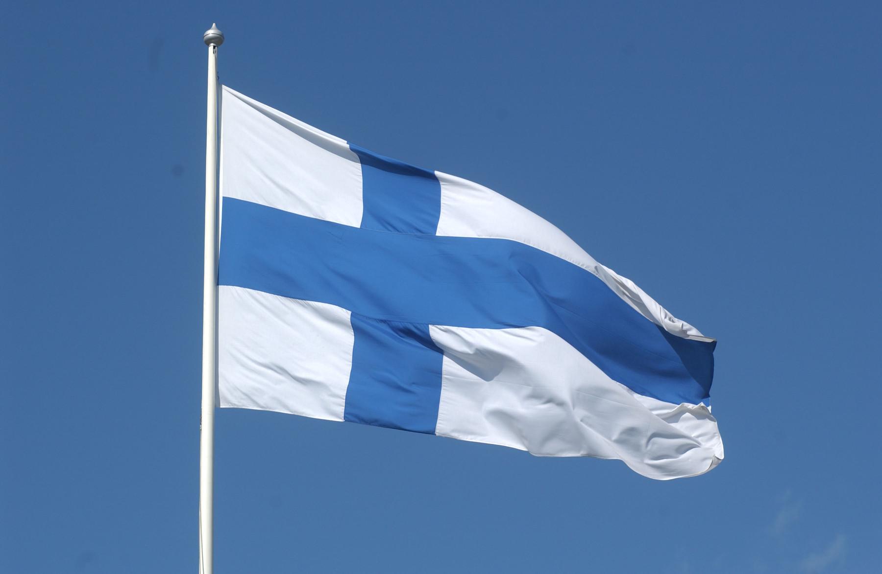 Liehuva Suomen lippu valokuvassa
