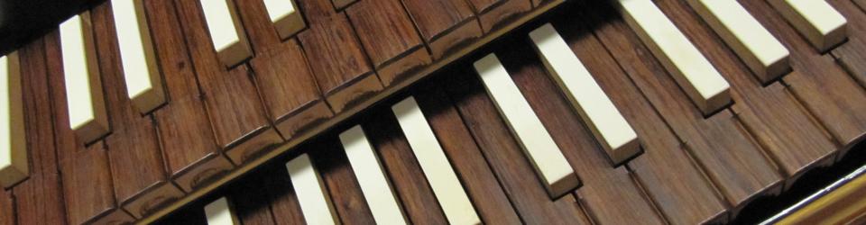 Lähikuva cembalon sormioista