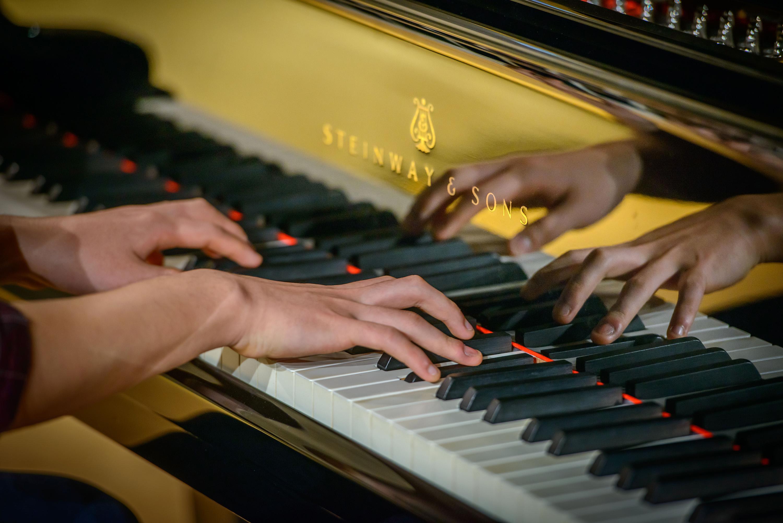 Lähikuvassa Steinway-flyygeliä soittavan pianistin kädet.
