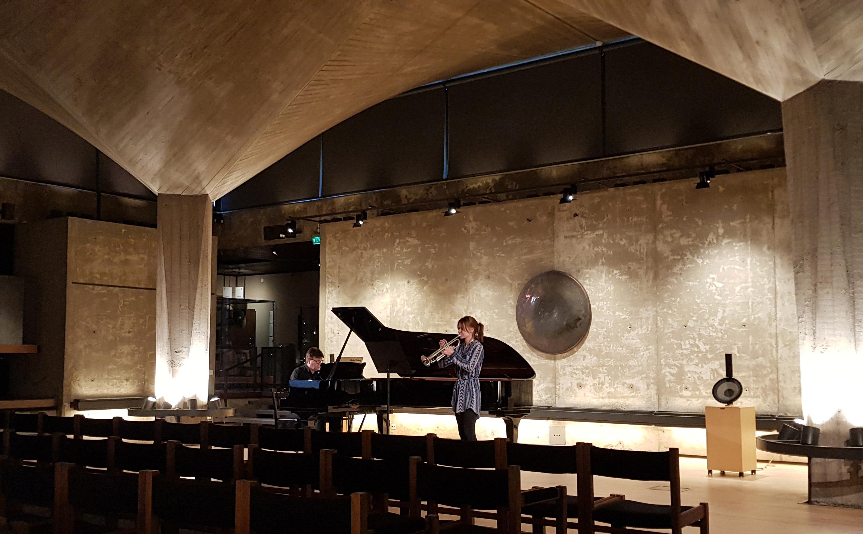 Turmpetisti ja pianisti musisoimassa Sibelius-museossa.