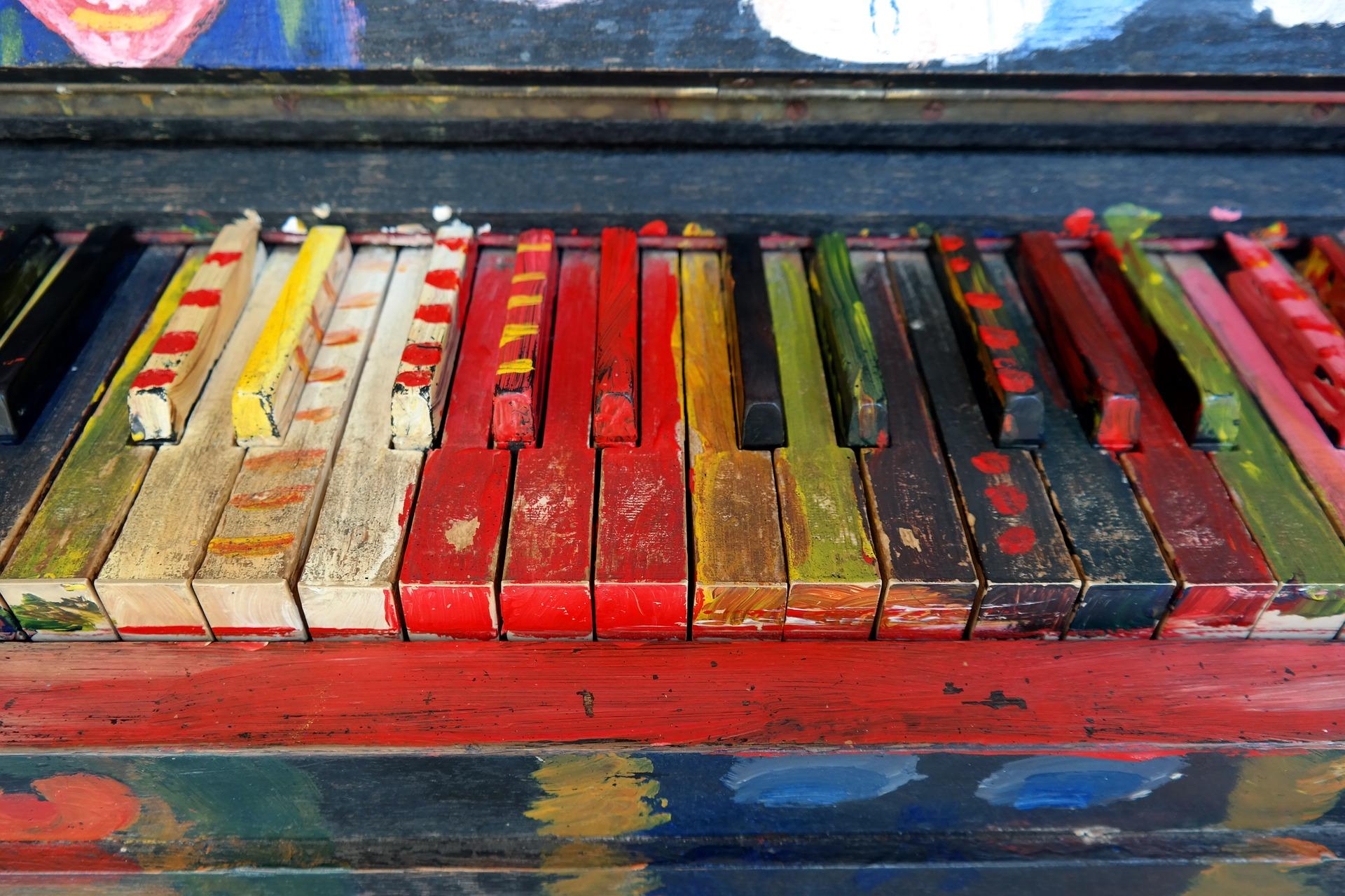 Valokuvassa pianon koskettimia, joita on maalattu eri väreillä