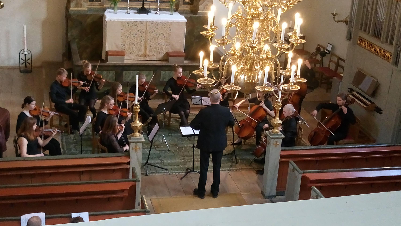 Kamariorkesteri konsertoimassa kirkossa
