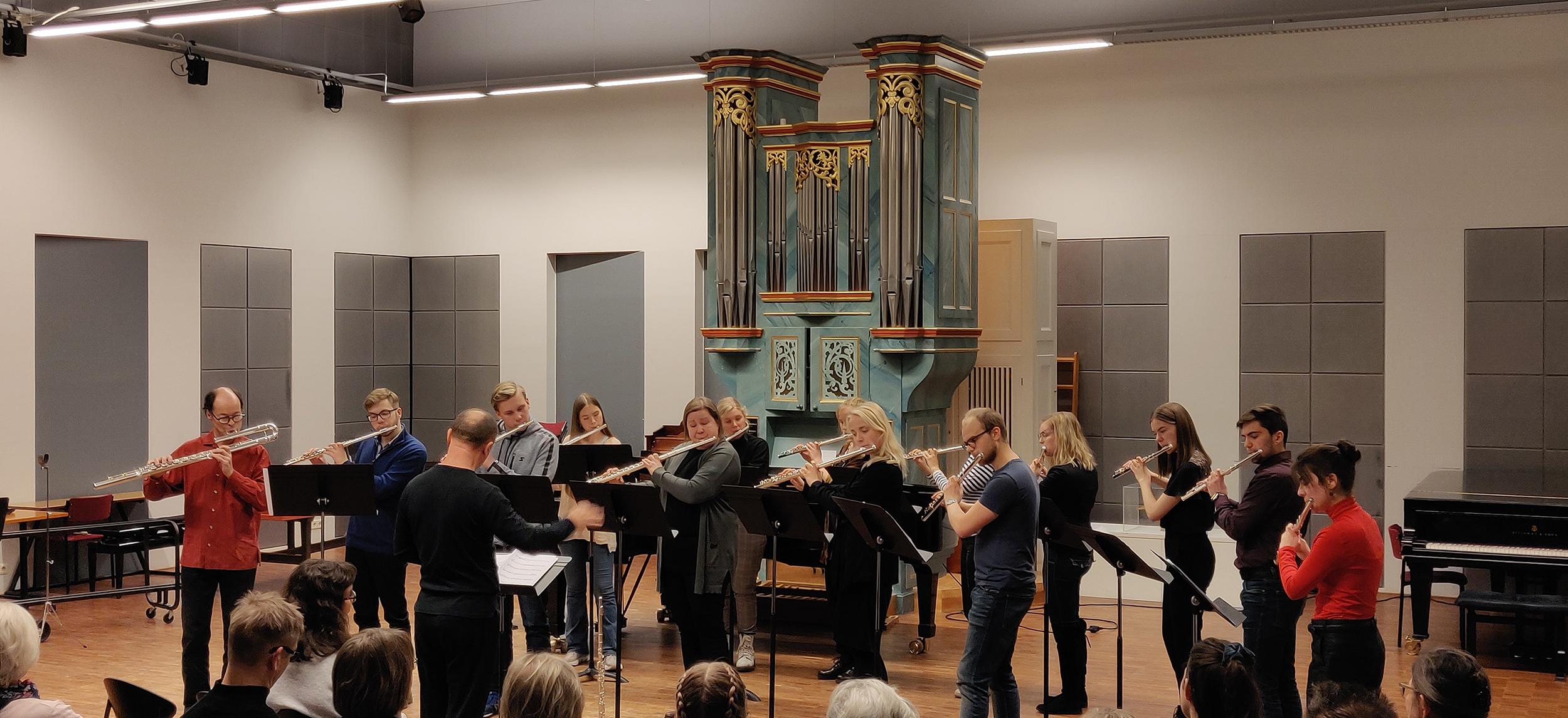 Suuren huiluorkesterin 13 soittajaa Oleg Sytiankon johdolla Crichton-salissa konsertissa vuonna 2019.