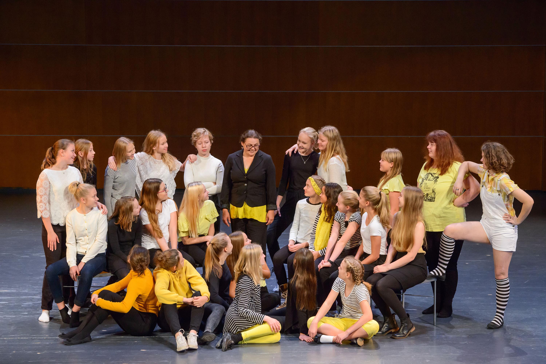 Tyttökuoro Sigynellan 26 laulajaa ja johtaja Terhi Lehtovaara valokuvassa