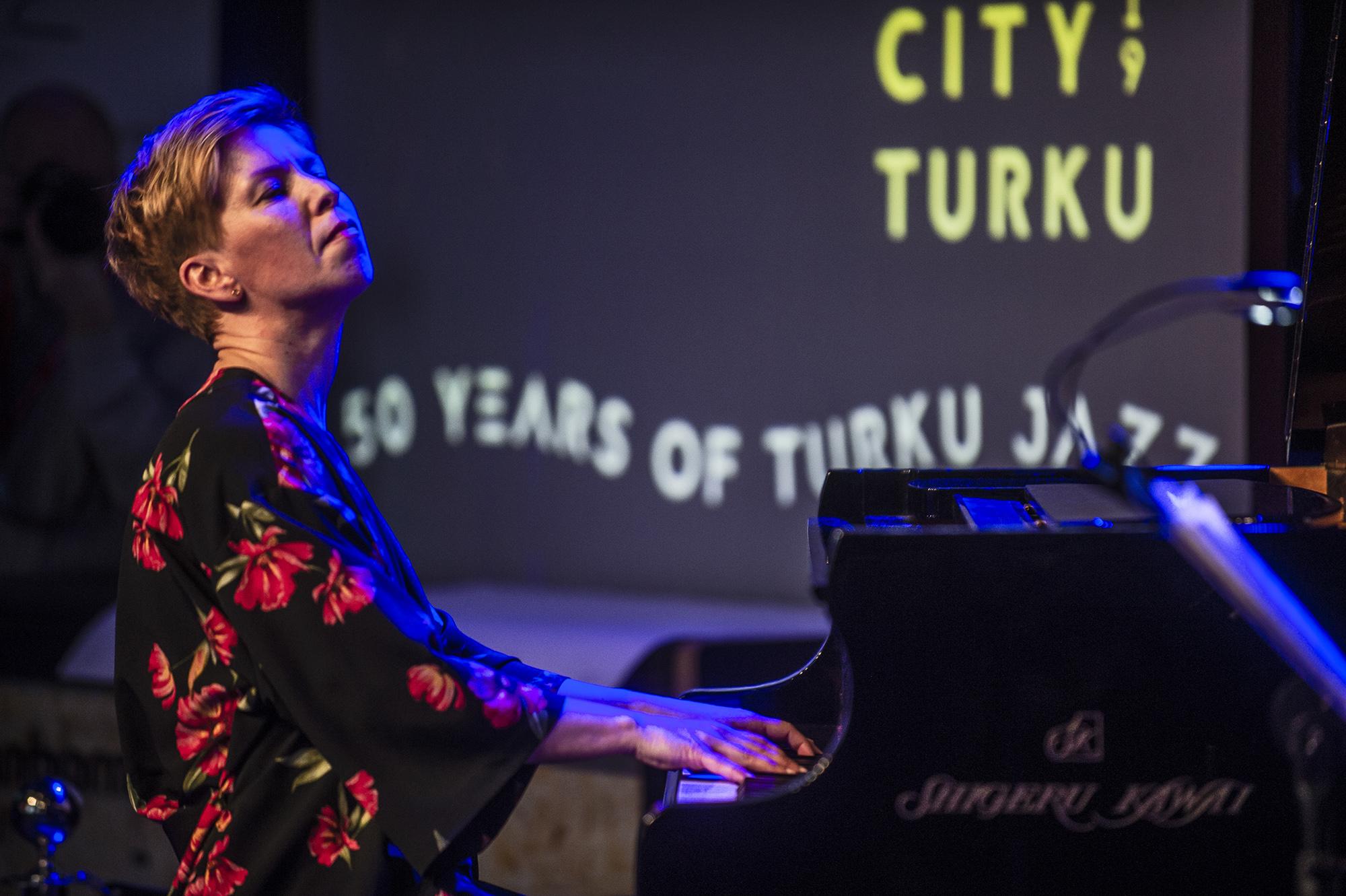 Riikka Paaki soittaa pianoa