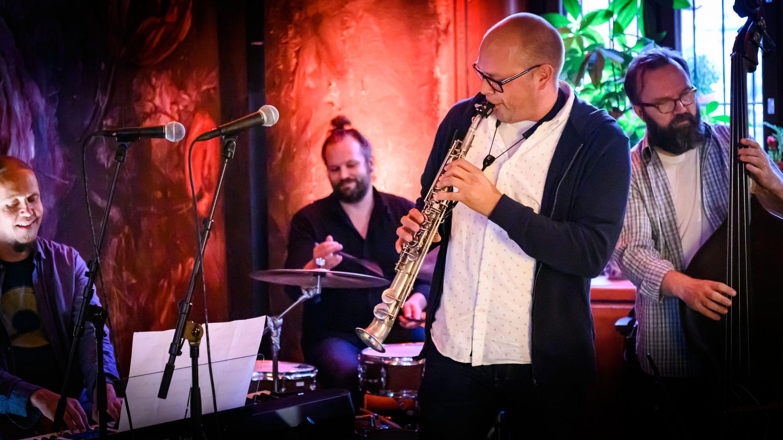 Turun konservatorion ja musiikkiopiston opettajat Tommi Karhusaari, Mikko Maunula, Jusu Heinonen ja Arto Nurmi musisoivat Bar Ricassa.