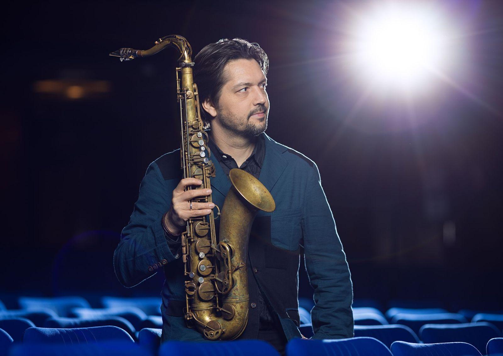Manuel Dunkel promokuvassa saksofoninsa kanssa.