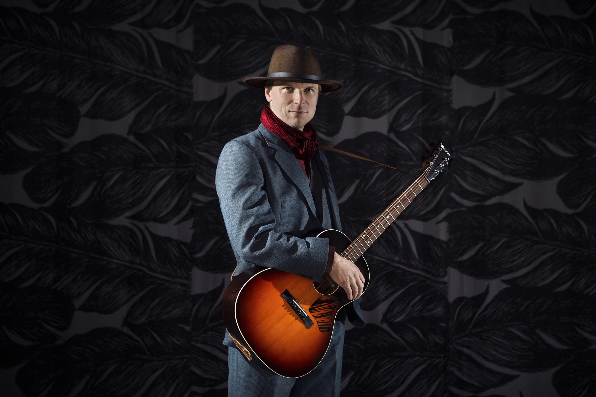 Kitaristi Mikko Iivanainen poseeraa promokuvassa hattu päässään.