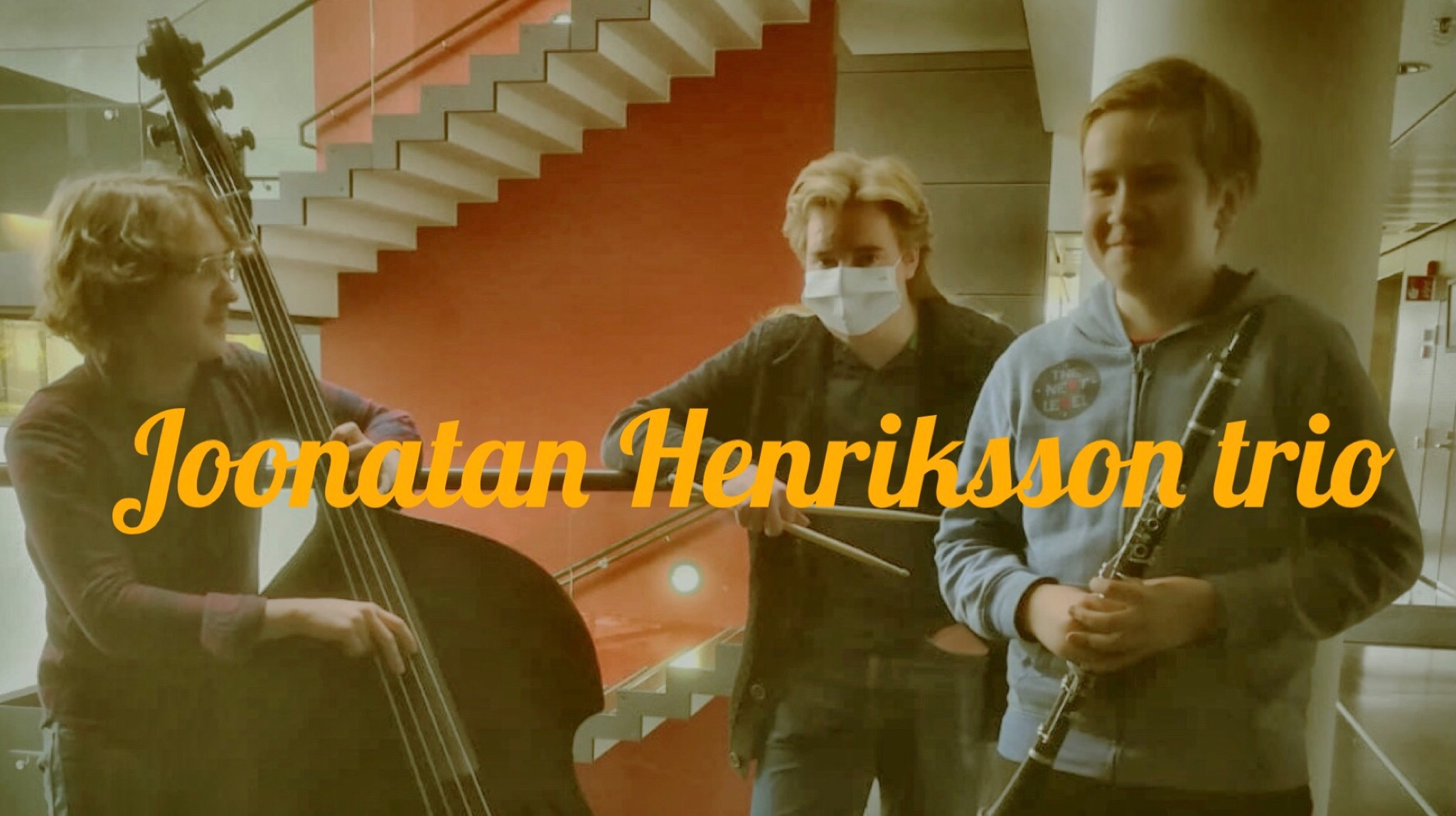 Kuvassa Joonatan Henriksson trion soittajat